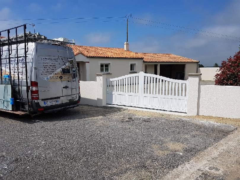 portail blanc Villeneuve-en-Retz menuiseries TJS Aluplast 44